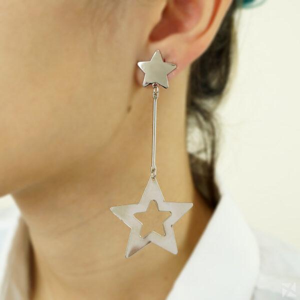Brinco com Estrelas Detalhes Vazados Ouro Branco