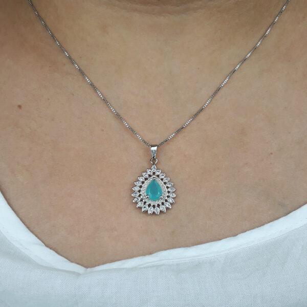 Colar com Pedra Azul Tiffany e zircônias folheado em ouro branco