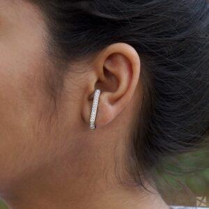 Brinco Ear Hook com zircônias folheado em ouro branco