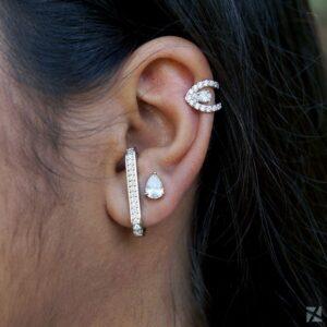 Brinco Ear Hook com zircônias folheado em ouro branco e Kit de Brincos zircônias gota e 1 piercing de zircônias cravejadas