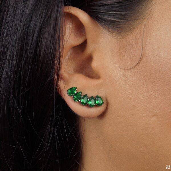 Brinco ear cuff de gotinhas esmeralda em ródio negro