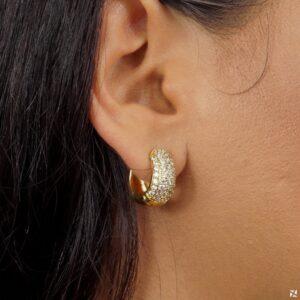 Brinco Argola pequena e grossa Cravejada de Zircônias folheada em ouro 18K