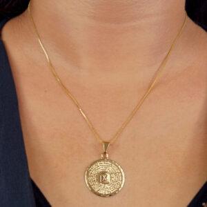 Colar com medalha Dez Mandamentos folheado em ouro 18k
