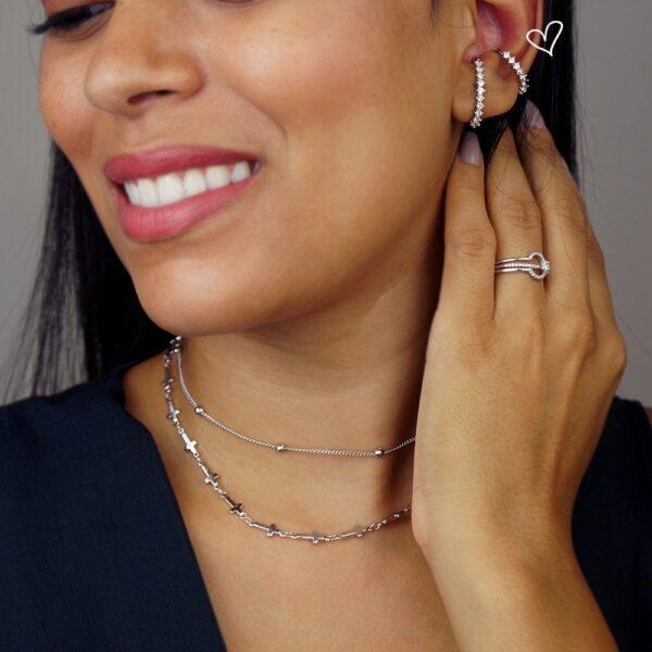 Brinco ear hook + piercing cravejado de zircônias folheados em ouro branco