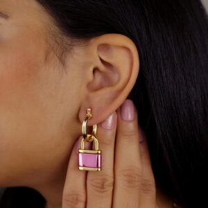 Brinco argola fechada com pingente de cadeado pink removível banhado em ouro 18K