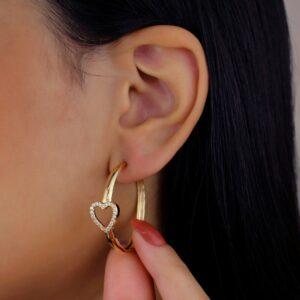 Argola com detalhe de coração com zircônias cristal banhada em ouro 18k