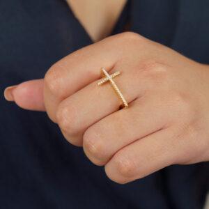 Anel cruz cravejado de microzircônias banhado em ouro 18K