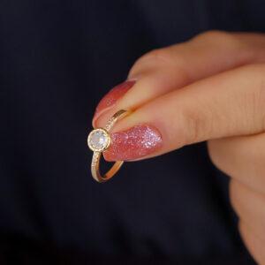 Anel solitário com zircônia cristal e detalhe cravejado banhado em ouro 18k