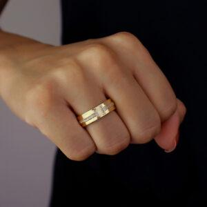 Anel tipo aliança com detalhe de zircônias banhado em ouro 18k
