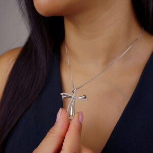 Colar com pingente de cruz estilizado banhado em ouro branco