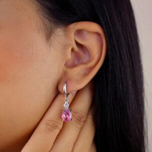Brinco de argola com zircônia rosa banhado em ouro branco