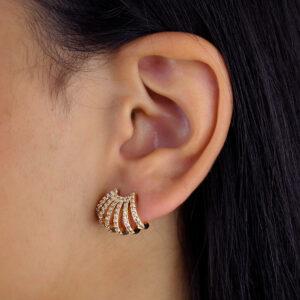 Brinco ear hook cravejado com zircônias banhado em ouro 18k