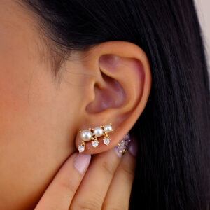 Brinco ear cuff trio de pérolas com zircônias banhado em ouro 18k