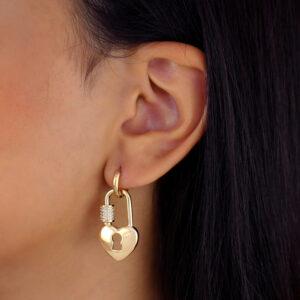 Brinco argolinha cadeado de coração banhado em ouro 18k