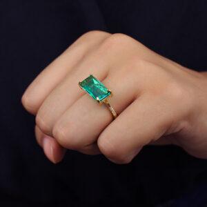 Anel luxo com pedra retangular verde banhado em ouro 18k