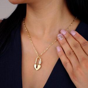Colar cadeado de coração com detalhe cravejado banhado em ouro 18k