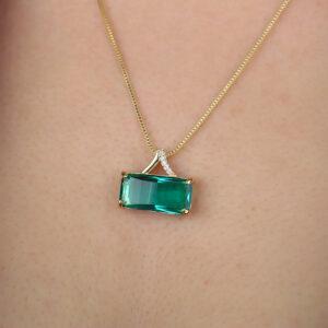 Colar com pingente retangular zircônia verde banhado em ouro 18k