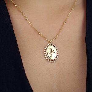 Colar com pingente oval fé com zircônias banhado em ouro 18k