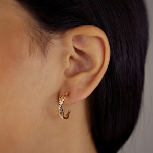 Brinco argola torcida cravejado zircônias negra banhado em ouro 18k