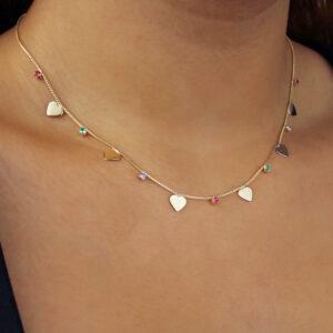 Colar ponto de luz com zircônias coloridas e detalhes em corações banhado em ouro 18k