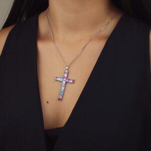 Colar crucifixo com zircônias baguete coloridas