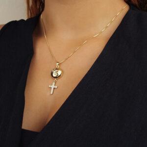 Colar espírito santo com cruz cravejado em zircônias banhado em 18k