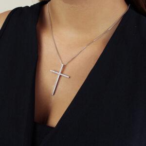 Colar com pingente de cruz cravejado em zircônias banhado em ouro branco