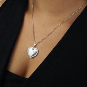 Colar paz com pingente de coração e detalhe em zircônias banhado em ouro branco