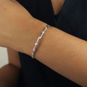 Bracelete estilizado com pontos de luz em zircônias banhado em ouro branco