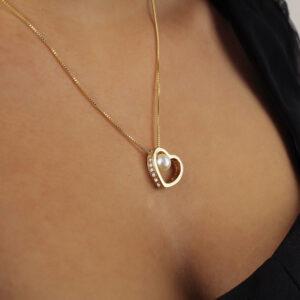 Colar com pingente coração vazado cravejado com pérola banhado em ouro 18k