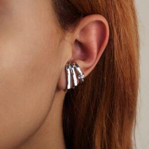Brinco ear hook três fios com detalhe de zircônia banhado em ouro branco