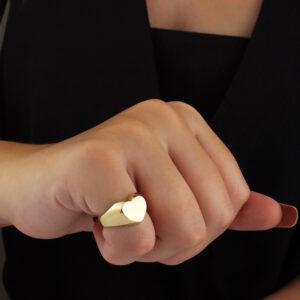 Anel de dedinho regulável com detalhe de coração banhado em ouro 18k