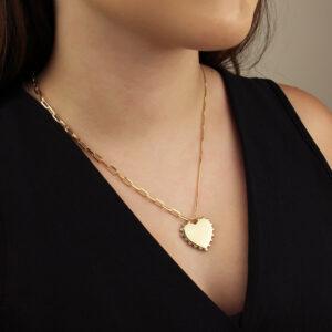 Colar com pingente de coração liso e detalhe em bolinhas banhado em ouro 18k