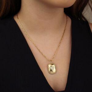 Colar com pingente retangular com coração e zircônias banhado em ouro 18k