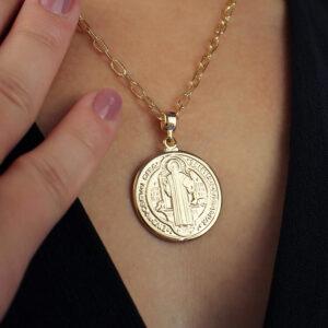 Colar com medalha de São Bento banhado em ouro 18k