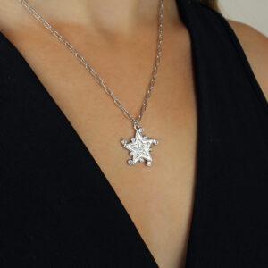 Colar com pingente de estrela e zircônias banhado em ouro branco