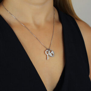 Colar com pingente de cadeado coração e chave banhado em ouro branco