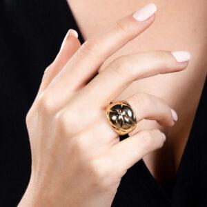 Anel abaulado com detalhes em losango banhado em ouro 18k